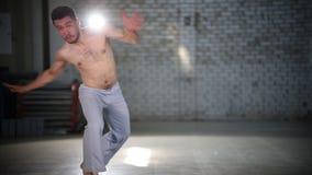 Тренировки атлетической практики человека различные - делающ колесо телеги - показывать элементы capoeira видеоматериал