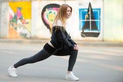 Тренировки выпада перед jogging утра Стоковая Фотография
