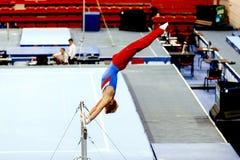 тренировки гимнаста на высокой планке Стоковые Фото
