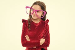 Тренировки глаза для того чтобы улучшить зрение Ребенк девушки носит большие eyeglasses t Эффективные глаза тренировки стоковые фотографии rf