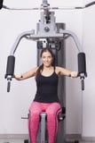 Тренировки молодой женщины в спортзале Стоковая Фотография RF