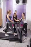 Тренировки молодой женщины в спортзале стоковые фото