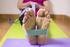 Тренировки реабилитации для более старых женщин с эластичной резиновой лентой Стоковое фото RF