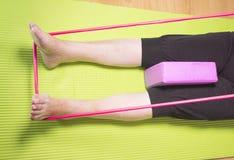Тренировки реабилитации для более старых женщин с эластичной резиновой лентой Стоковое Изображение