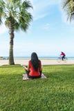 Тренировки спорта разминки женщины сидят на корточках outdoors на пляже Стоковые Изображения RF