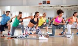 Тренировки с весами для формировать и усиливать оружия стоковое изображение