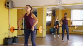 Тренировки штанги показа тренера фитнеса в спортзале сток-видео