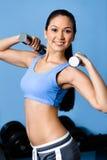 Тренировки Sportswoman с гантелями Стоковая Фотография