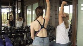 Тренируйте при ребенок делая тренировки в спортзале 10 08 2017 Kyiv Украина видеоматериал