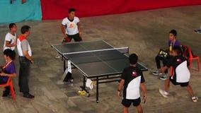 Тренируют мужчин rigorously в двойнике настольного тенниса для входящего события атлетических спорт публика случая видеоматериал