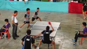 Тренируют мужчин rigorously в двойнике настольного тенниса для входящего события атлетических спорт публика случая сток-видео