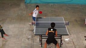 Тренируют мужчин rigorously в настольном теннисе одиночном для входящего события атлетических спорт публика случая сток-видео