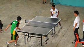 Тренируют мужчин rigorously в настольном теннисе одиночном для входящего события атлетических спорт публика случая видеоматериал