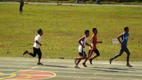 Тренируют мужчин rigorously в спринте бежать для входящего события атлетических спорт публика случая сток-видео
