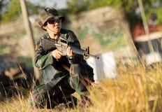 Тренирующая воина снайпера готовый для того чтобы напасть Стоковые Фото