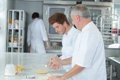 Тренирующая шеф-повара уча как стать кондитером Стоковые Изображения RF