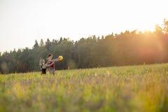 Тренирующая Pilates делая тренировку баланса с шариком фитнеса Стоковые Фотографии RF