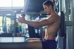 Тренируя верхнее тело на спортзале Стоковые Изображения
