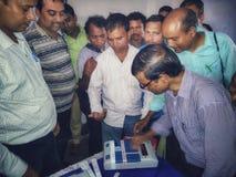 Тренируя процедура персонала полинга на избрание 2019 Lok Sabha или избрание 2019 Генеральной Ассамблеи держалась избранием стоковая фотография