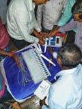 Тренируя процедура персонала полинга на избрание 2019 Lok Sabha или избрание 2019 Генеральной Ассамблеи держалась избранием стоковые фото