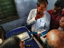 Тренируя процедура персонала полинга на избрание 2019 Lok Sabha или избрание 2019 Генеральной Ассамблеи держалась избранием стоковое изображение rf