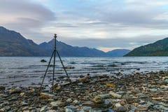 Тренога на заходе солнца над wakatipu озера, queenstown, Новой Зеландией стоковые изображения