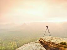 Тренога на пике готовом для photogrpahy Подвергли действию скалистая точка зрения Туманный ненастный осенний день Стоковые Фото