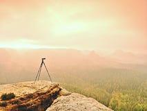 Тренога на пике готовом для photogrpahy Подвергли действию скалистая точка зрения Туманный ненастный осенний день Стоковое Изображение RF
