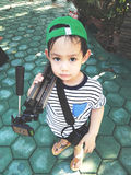 Тренога нося и камера азиатского ребенк Стоковые Фото
