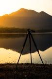 Тренога силуэта с видом на озеро горы Стоковая Фотография RF