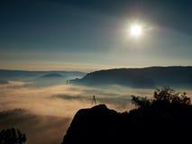 Тренога с камерой на пиковом подготавливает для фотографии Утес увеличенный от тумана золота Стоковое Фото