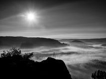 Тренога с камерой на пиковом подготавливает для фотографии Утес увеличенный от тумана золота Стоковые Фото