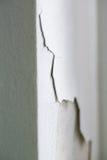 Трескающ и слезающ бетонную стену Стоковое Фото