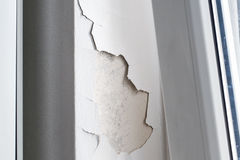 Трескающ и слезающ бетонную стену Стоковые Фото