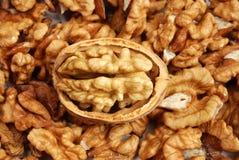 треснул много грецких орехов стоковые изображения