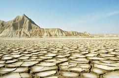 Треснутая земля и сухая гора стоковые изображения