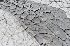 Треснутая земля около вулканов грязи стоковые фото