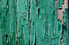 Треснутая краска на деревянной стене Стена от деревянных планок с трассировками краски Стоковое фото RF