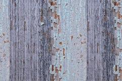 Треснутая краска на деревянной стене Стена от деревянных планок с трассировками краски Стоковая Фотография