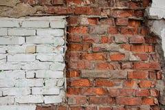 Треснутая красная и белая кирпичная стена Стоковое Изображение RF