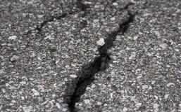 Треснутая дорога на асфальте Стоковое Изображение