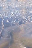 Треснутая поверхность льда на замороженной воде Стоковая Фотография