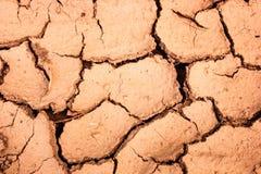 Треснутая почва во время предпосылки засушливого сезона Стоковые Изображения RF
