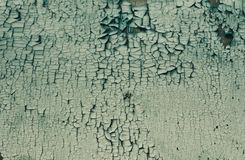 Треснутая старая краска на деревянных планках зеленый стоковая фотография rf
