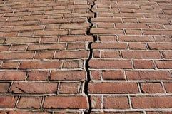 треснутая стена землетрясения стоковые фото