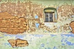 Треснутая стена постаретого сельского дома Стоковое Фото