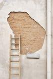 Треснутая стена с знаком улицы Стоковое Изображение RF