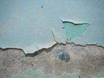 Треснутая текстура краски Старая краска на стене с старым гипсолитом и нескольких слоев конца-вверх поверхности краски Макрос Стоковое фото RF