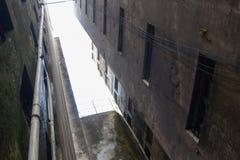 Треснутое и несенное покинутое здание используемое как домой от бедных человеков Стоковое Изображение