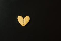 Треснутое печенье в форме сердца сломленное сердце принципиальной схемы Стоковая Фотография RF